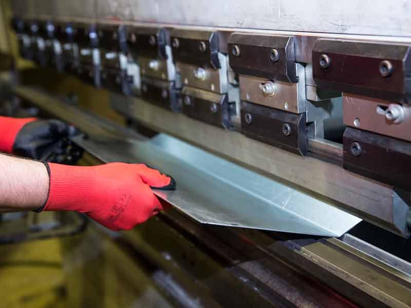 Unsere CNC-Kantbank in unserer Werkstatt im Dahner Tal hilft uns bei der Blechbearbeitung höchste Präzision zu erreichen.